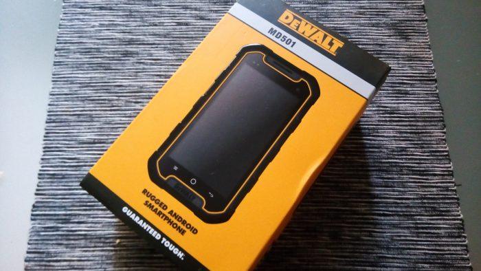 DeWalt-puhelimella otettu kuva puhelimen myyntipakkauksesta.