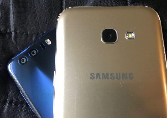 Galaxy A5:ssä on yksi kamera, Honor 8:ssa kaksi. Lisäksi Honor 8:ssa ekstraa on myös tarkennustava avustava laser-valo.