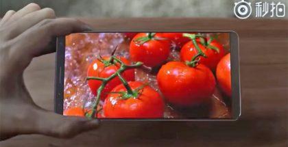 Samsung Displayn videolla esiteltiin älypuhelinta pienillä ylä- ja alanäyttöreunuksilla.
