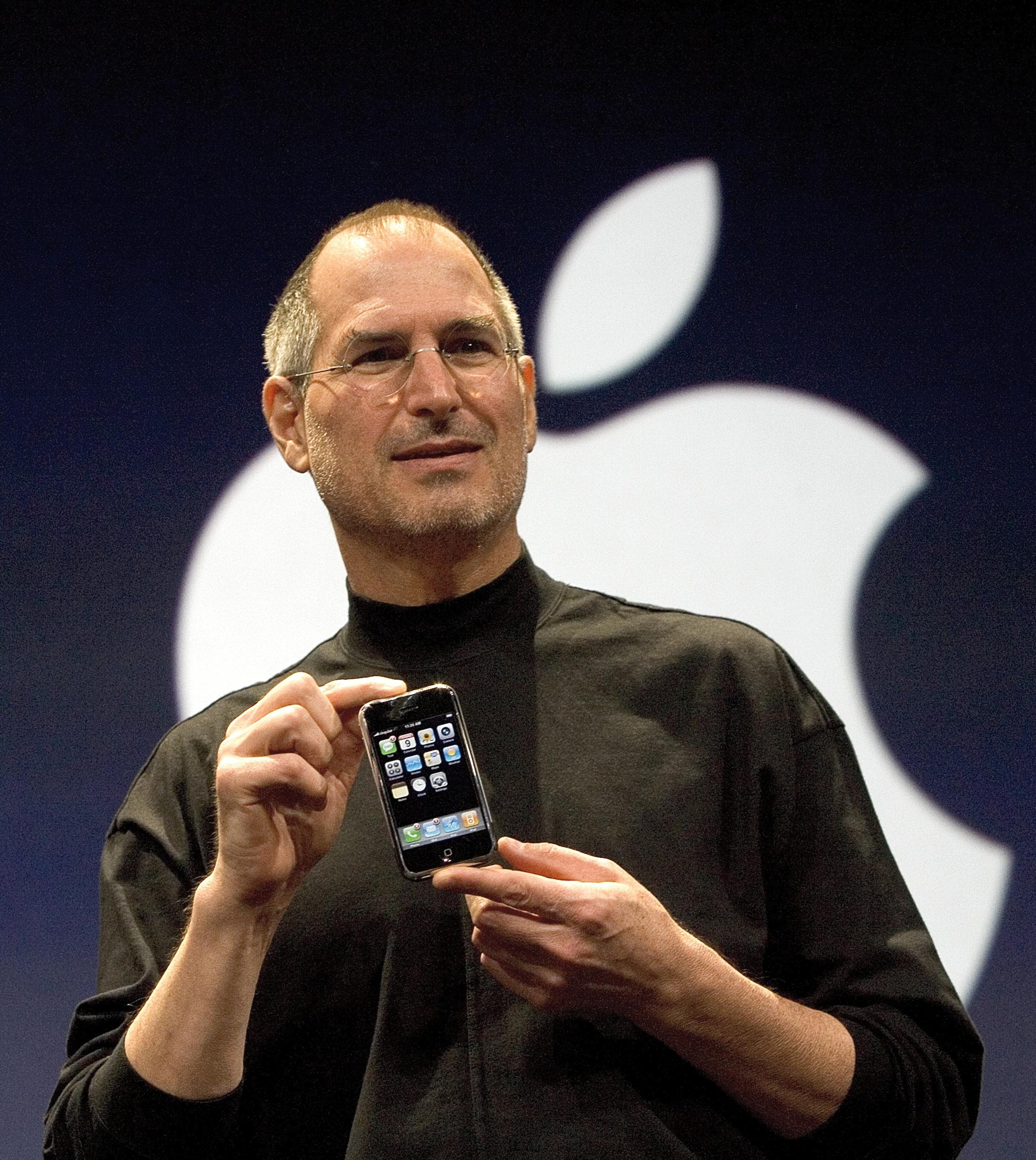 Applen perustaja Steve Jobs esittelemässä ensimmäistä iPhonea vuonna 2007.