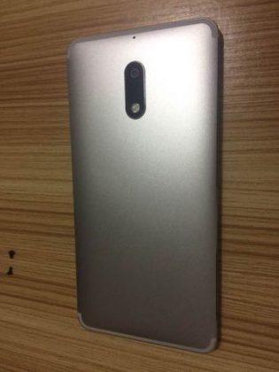 Nokia 6 hopeisena ilman Nokia-logoa kiinalaiskuvassa.