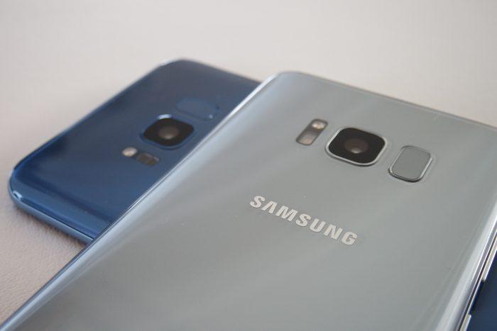 Galaxy S8 -puhelimissa sormenjälkitunnistin on takana kameran vieressä.