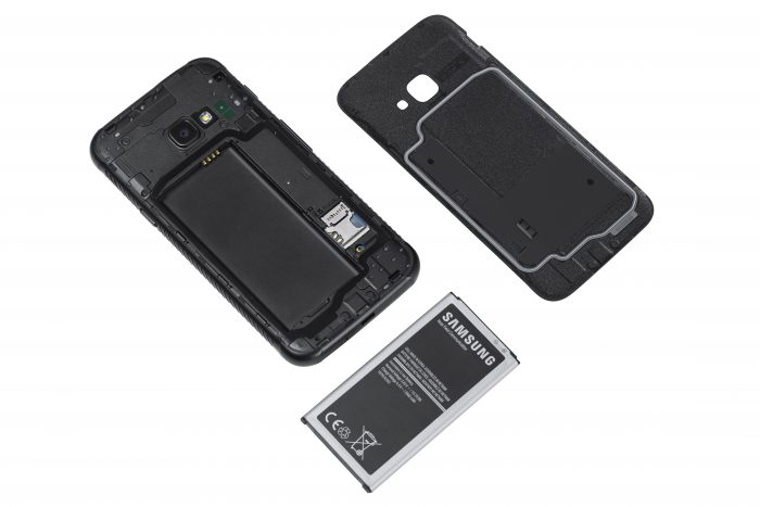 Galaxy Xcover 4:n akku on helposti vaihdettavissa.