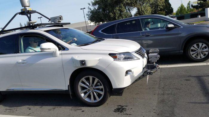 Applen itseajamisen järjestelmien testaamiseen käyttämä Lexus-katumaasturi.