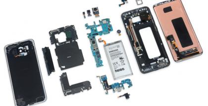 Galaxy S8+ iFixitin purkamana.