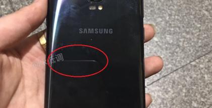 Galaxy S8+:n prototyyppi, jossa kaksi kameraa takana eikä sormenjälkilukijaa.