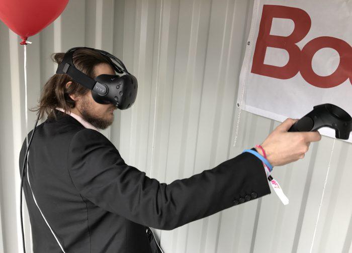 Morrow Gamesin toimitusjohtaja Jami Andersson kohtaa virtuaalihämähäkkejä HTC Viven kanssa.