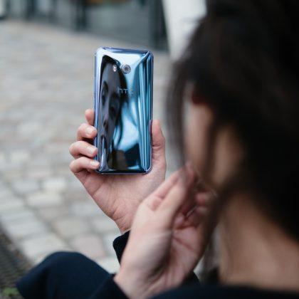 HTC U11:n lasipinta heijastaa valoa.