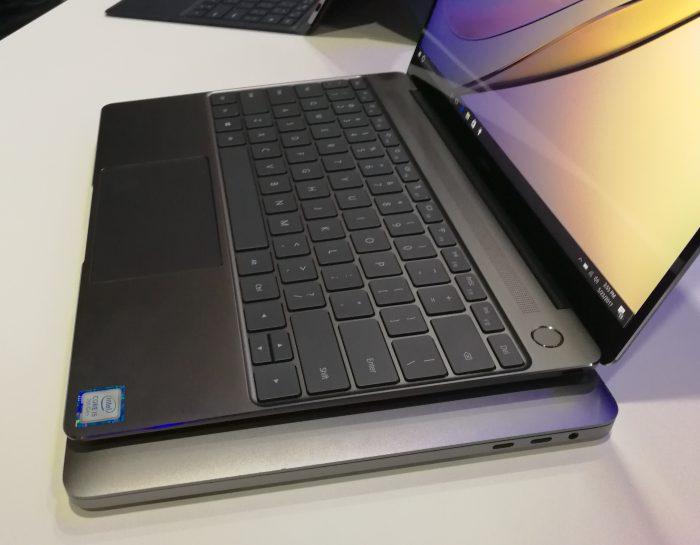 Päällä MateBook X, alla 13 tuuman MacBook Pro. Kuva kertoo, minkä verran Applen kone on Huaweita suurempi.