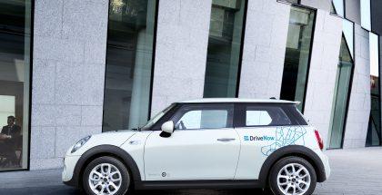DriveNow-Mini Vallilassa OP:n pääkonttorin edessä.