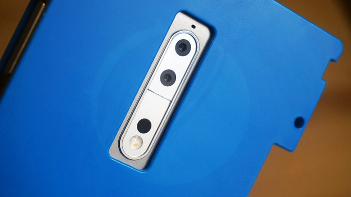 Nokia 9:ssä on takana kaksi kameraa, kaksois-LED-kuvausvalo sekä ilmeisesti lasertarkennuksen aukko.