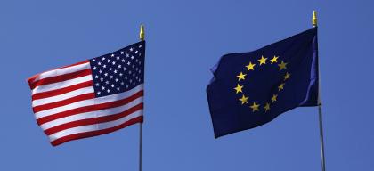 Yhdysvaltojen ja EU:n liput.