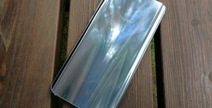 Honor 9:n toinen aluksi Suomessa myyntiin tuleva värivaihtoehto on hopeanharmaa. Takalasi heijastelee voimakkaasti ympäristön valoa.