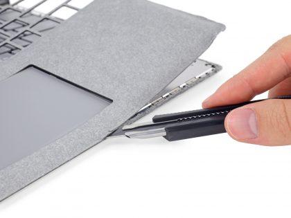 Surface Laptopin alcantara-pinta täytyy leikata auki.