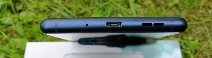 Pohjasta Nokia 3:sta löytyy vanha tuttu Micro-USB-liitäntä, ei siis uutta USB-C-tyyppiä.