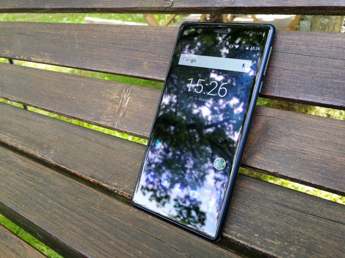 Nokia 3:n näyttö ei ole aivan yhtä kirkas kuin huippupuhelimissa. Luettavuus kirkkaassa auringonvalossa voisi olla parempikin.