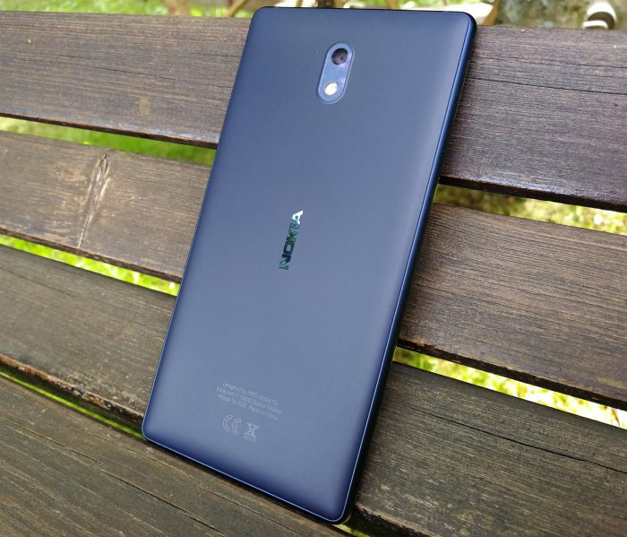 Nokia 3:n laatutuntuma on jopa erinomainen. Alumiinikehikon ja polykarbonaattitaustan yhdistelmä on jämäkkää tekoa.