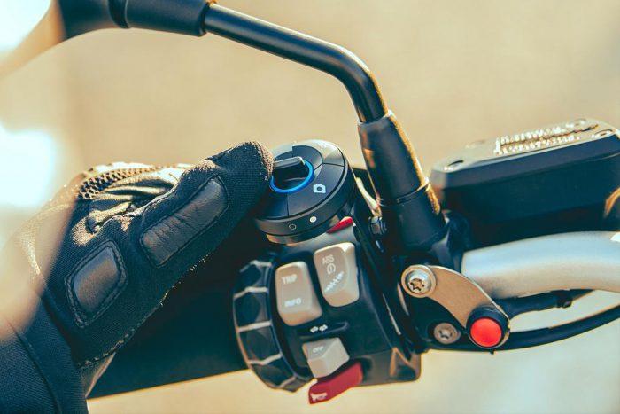 NUVIZ-ohjain on tarkoitus kiinnittää ohjaustankoon.