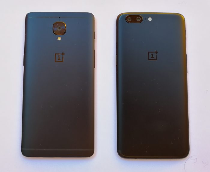 OnePlus 5:ssä on myös sukunäköä vasemmalla olevaan OnePlus 3T:hen, sekin Midnight Black -erikoisvärisenä kuvassa.