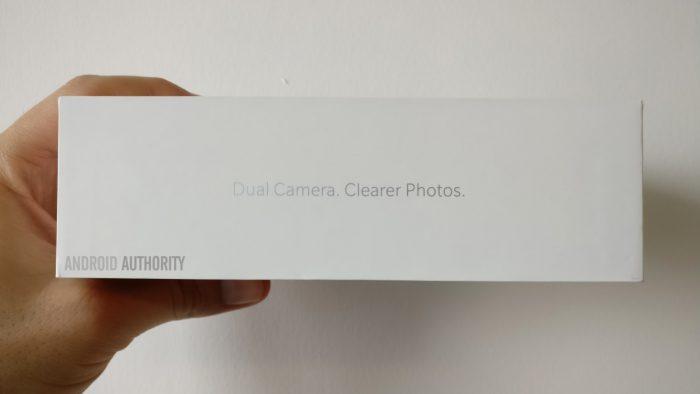 OnePlus 5:n myyntipakkaus vahvistaa kaksoiskameran.