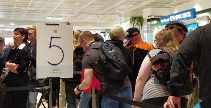 Ensimmäiset jonottajat olivat paikalla jo tunteja ennen myynnin alkua.