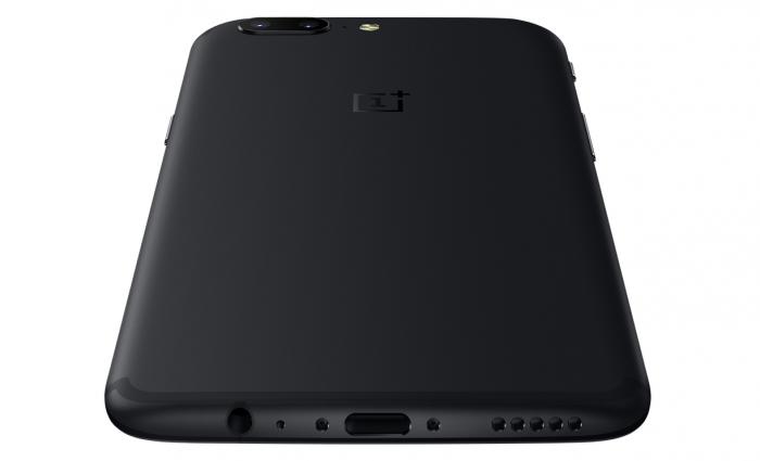 Pohjasta OnePlus 5:ssä löytyvät kaiutin sekä USB-C- ja 3,5 mm -liitännät.
