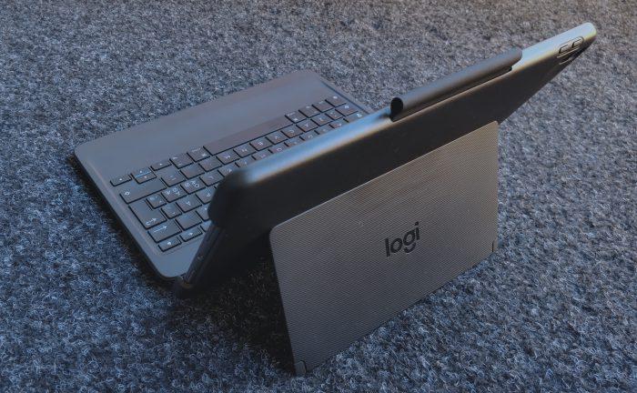 Slim Combo yhdistää suojakuoren ja näppäimistön. Yläreunassa näkyy säilytyspaikka Apple Pencilille tai muulle kynälle.