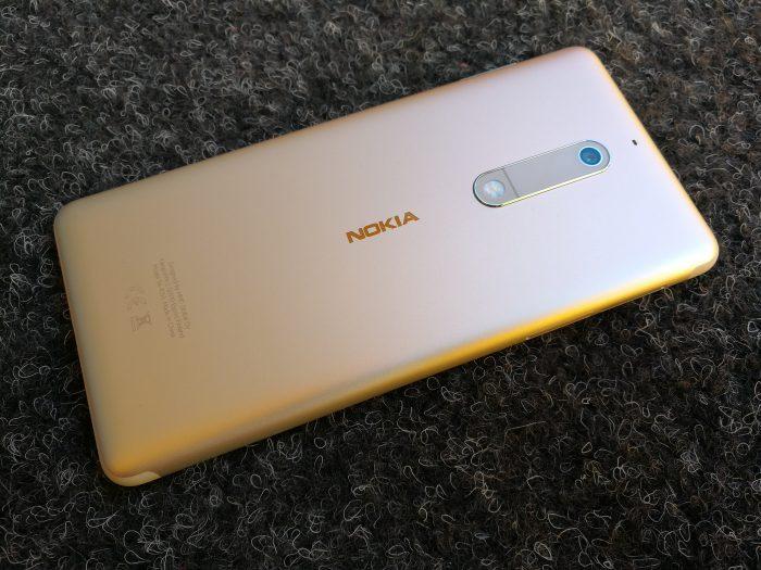 Nokia 5:n saumaton alumiinirakenne tuntuu laadukkaalta.