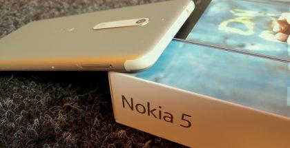 Nokia 5:n antennijuovat ovat poikkeuksellisen paksut, mutta todellisuudessa varsin huomaamattomat puhelimen päädyissä.