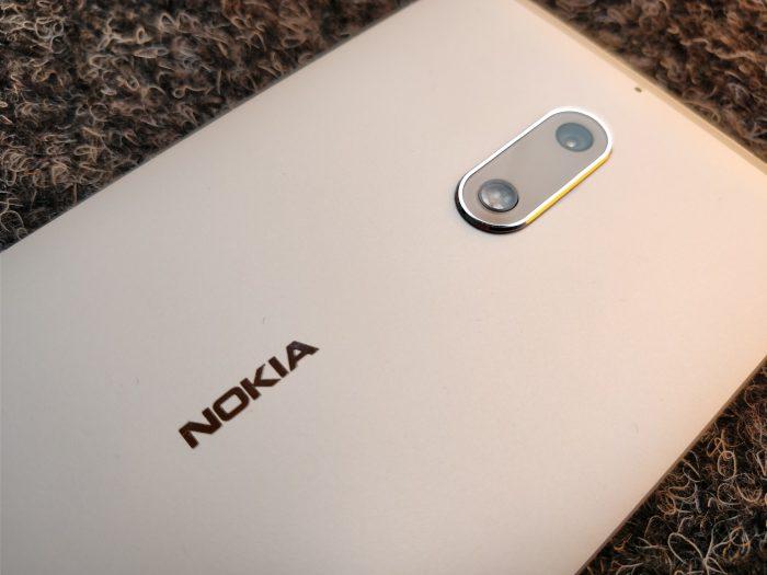 Nokia 6:n kamera on vaatimattoman näköinen, mutta megapikseleitä on tarjolla 16.