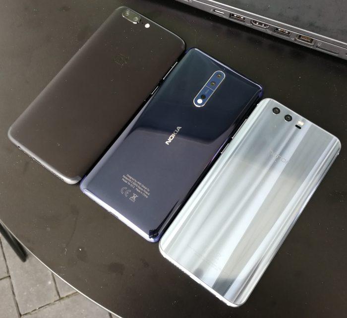 Keskellä uusi Nokia 8, vasemmalla OnePlus 5 ja oikealla Honor 9.