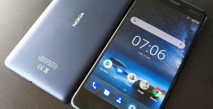 Nokia 8:n muotoilu on yksinkertaista. Kädessä puhelin tuntuu hyvältä.