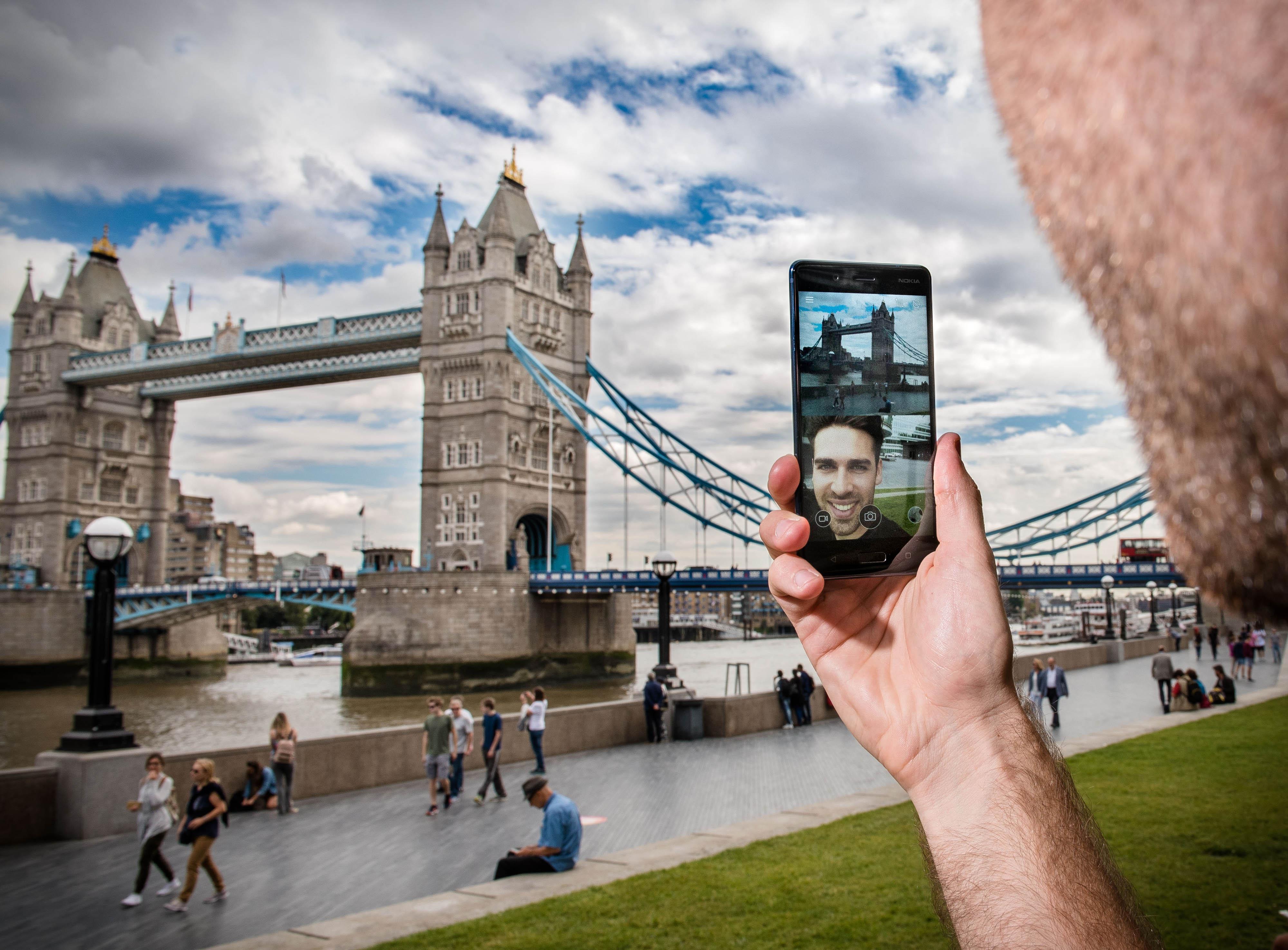 Nokia 8:lla voi kuvata yhtäaikaisesti taka- ja etukameralla eli ottaa bothien.