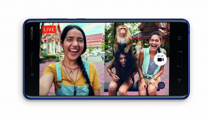 Nokia 8:n kamerasta voit pitää suoraan live-lähetyksen Facebookiin tai YouTubeen - myös yhtäaikaisesti taka- ja etukameraa käyttäen.