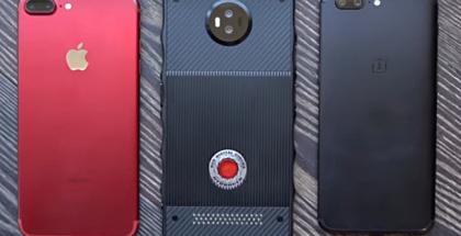 RED-puhelin on varsin kookas tapaus, sillä rinnalla näkyvät Apple iPhone 7 Plus ja OnePlus 5 ovat jo myös suurikokoisia.