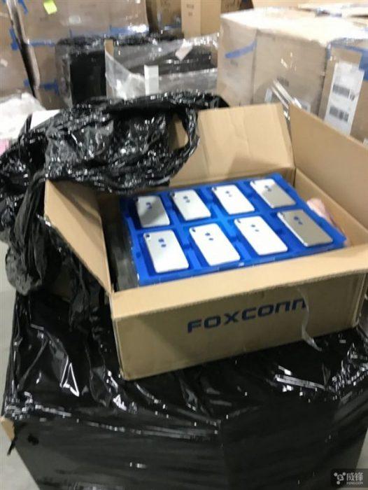 iPhonen näköisiä puhelimia sormenjälkitunnistimella takana Foxconn-laatikossa?