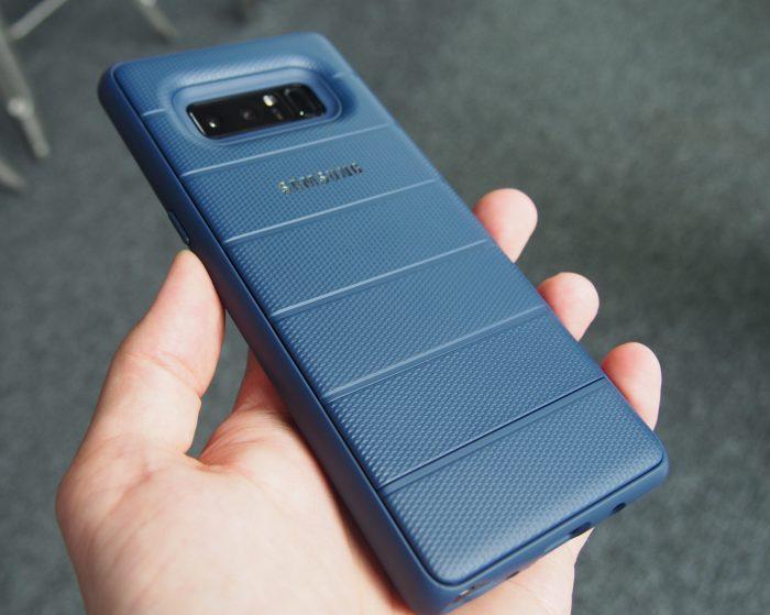 Galaxy Note8 saa myös jykevän lisävarustekuoren, joka tuo puhelimeen MIL-standardin kestävyyden ja seisontatuen.