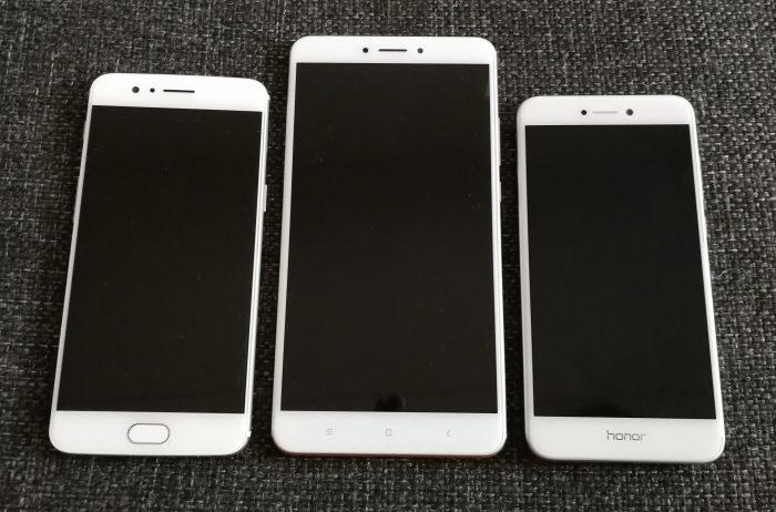 Parhaiten Mi Max 2:n koko käy ilmi rinnakkain vertaillen. Keskellä Mi Max 2, jossa 6,44 tuuman näyttö, vasemmalla 5,5 tuuman näytöllinen OnePlus 5 ja oikealla Honor 8 Lite 5,2 tuuman näytöllä.