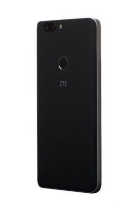 Takaa ZTE Blade Z Maxista löytyy kaksoiskamera. Toinen kamera tallentaa syvyysinformaatiota, mikä mahdollistaa muotokuviin niin sanotun boke-efektin, eli kuvauskohteen taustan tyylikkään sumentamisen.