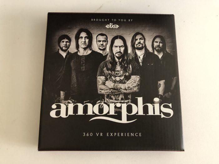 Amorphis on jakanut keikoillaan pahvipakkauksia, joista paljastuu koottavaksi virtuaalilasit.