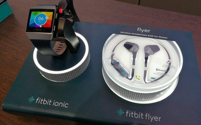 Ionicin rinnalla Fitbit julkisti myös omat Flyer-Bluetooth-kuulokkeensa.