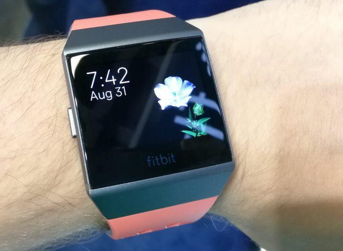 Erilaisia kellotauluja on monia. Vaihtaminen tapahtuu Fitbitin älypuhelinsovelluksen kautta, mikä tuntuu hankalalta.