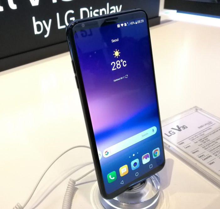 Kirkkaassa valossa LG V30:n näytön epätasaisuuksia ei havaitse.