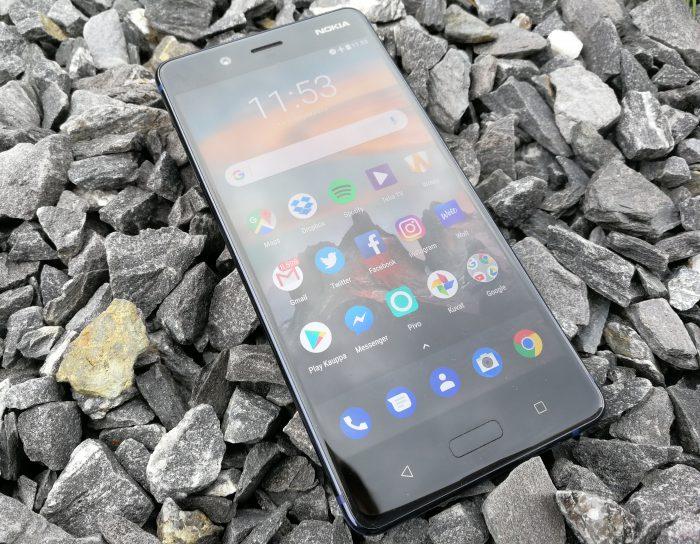 Nokia 8:ssa näytön osuus etupuolesta jää matalaksi. Ylä- ja alapuolella on paljon tilaa. Näytön alapuolelta löytyvät sormenjälkilukija-kotinäppäimen ohella taaksepäin- ja moniajotoimintopainikkeet.