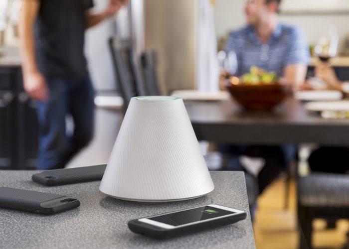 Pi Charger on kartion muotoinen laite, joka lataa muun muassa älypuhelimia langattomasti jopa 30 senttimetrin etäisyydeltä.