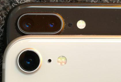 Pääkamera on sekä iPhone 8:ssa että iPhone 8 Plussassa samanlainen. iPhone 8 Plus lisää mukaan toisen telelinssillisen 12 megapikselin kameran voimin 2x optisen zoomin.