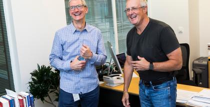 Applen toimitusjohtaja Tim Cook ja eläköityvä lakiasiainjohtaja Bruce Sewell.