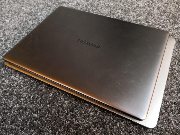 MateBook X on pienempi kuin sen alla vertailukohtana oleva Applen 13 tuuman MacBook Pro.