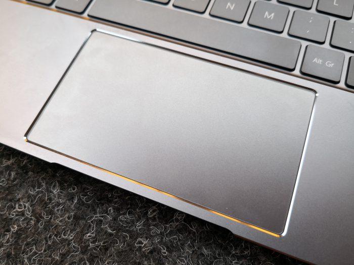 MateBook X:n kosketuslevy on laitteen kokoon nähden riittävän suuri, mutta käytettävyydeltään muuten huono.