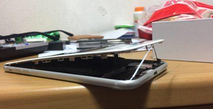 iPhone 8 Plussan paisuneet akut ovat ponnauttaneet puhelimen rakenteen auki.